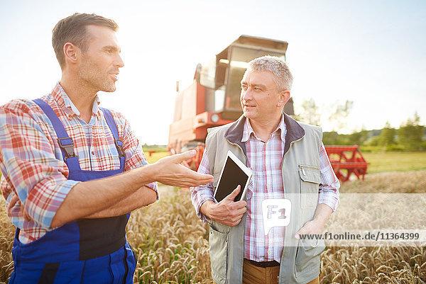 Landwirte im Weizenfeld im Gespräch