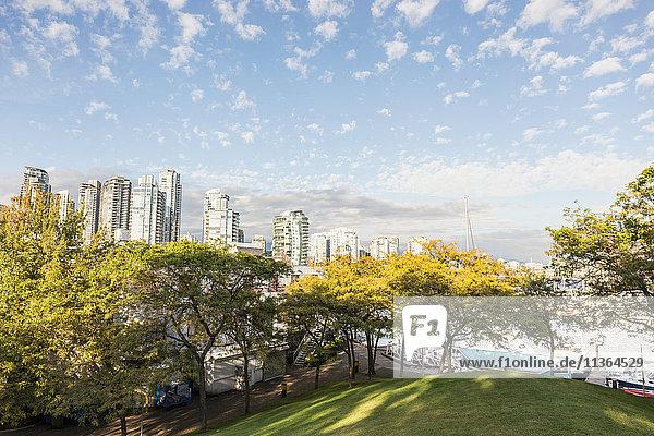 Erhöhte Ansicht des Parks und der Stadtsilhouette von Granville Island  Vancouver  Kanada