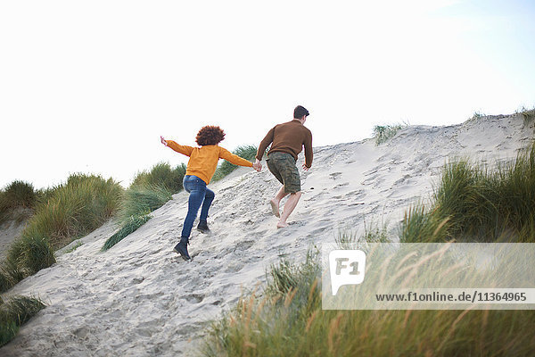 Ehepaar rast auf die Spitze einer Sanddüne