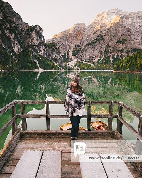 An Holzgeländer gelehnte Frau  Pragser Wildsee  Dolomiten  Pragsertal  Südtirol  Italien