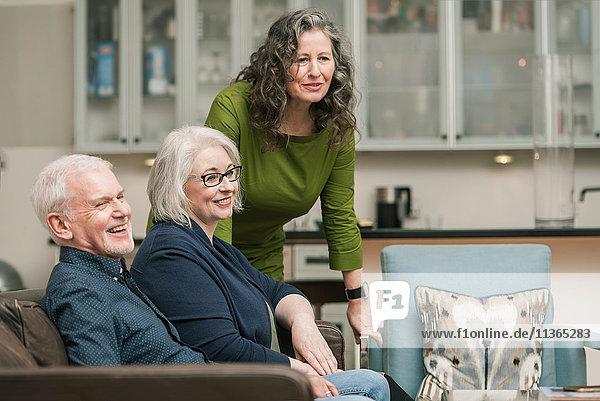 Glückliche Senioren entspannt zu Hause