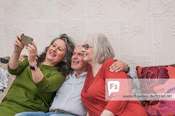 Glückliche Senioren  die sich auf der Couch ausruhen