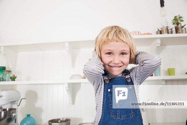 Porträt eines jungen Mädchens in der Küche  Hände hinter dem Kopf  lächelnd