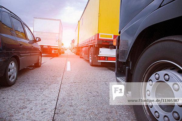 Niedriger Blickwinkel auf die Warteschlangen auf der Autobahn