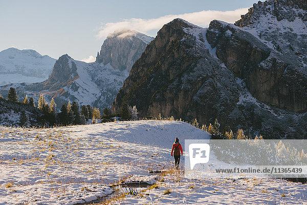 Junge Frau wandert durch die Landschaft  Limides-See  Südtirol  Dolomiten  Italien