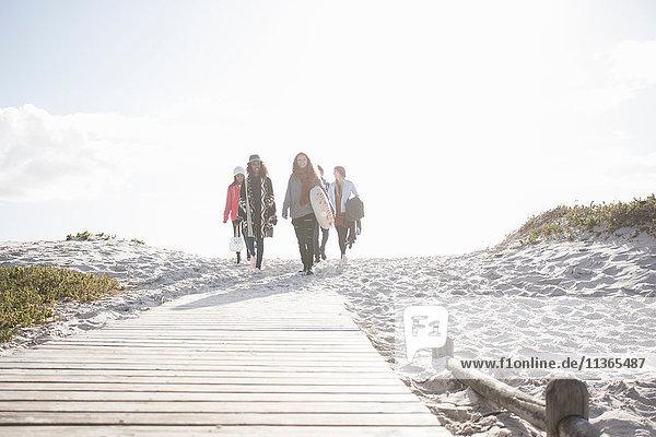 Junge erwachsene Freunde beim Spaziergang an der Strandpromenade  Western Cape  Südafrika