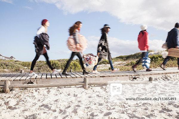 Junge erwachsene Freunde unterwegs an der Strandpromenade  Western Cape  Südafrika
