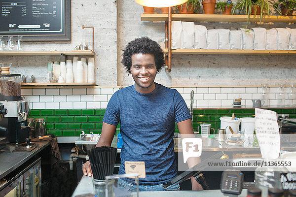 Portrait eines jungen Kellners im Café