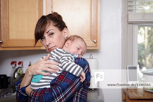 Mutter hält schlafendes Baby Junge