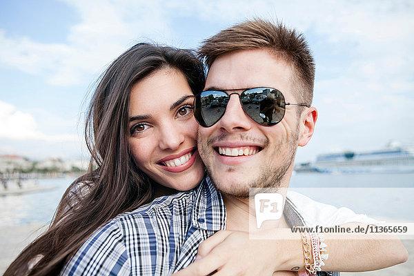 Nahaufnahme eines Paares  das sich am Hafen umarmt  Split  Dalmatien  Kroatien