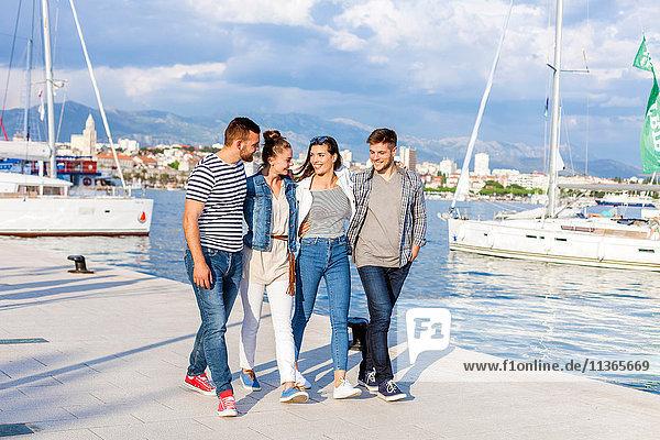Junge Paare beim Spaziergang im Hafen  Split  Dalmatien  Kroatien