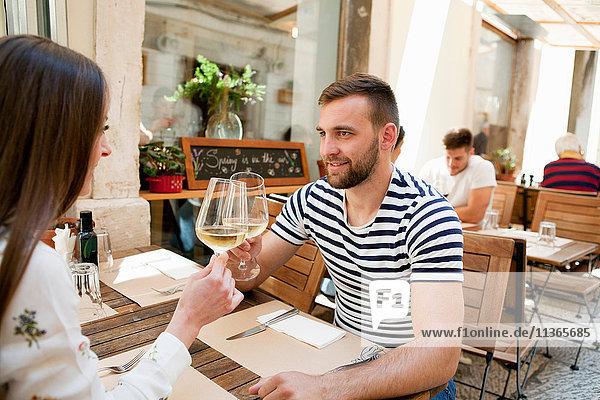 Junges Paar stösst in einem Restaurant auf den Wein an  Split  Dalmatien  Kroatien