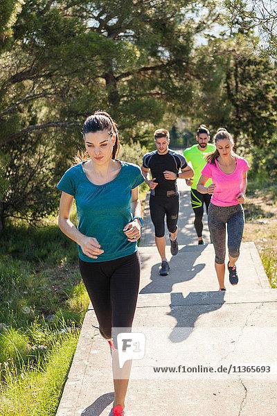 Junge Männer und Frauen laufen im Park  Split  Dalmatien  Kroatien