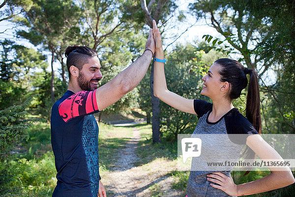 Junge männliche und weibliche Läufer im Park,  Split,  Dalmatien,  Kroatien