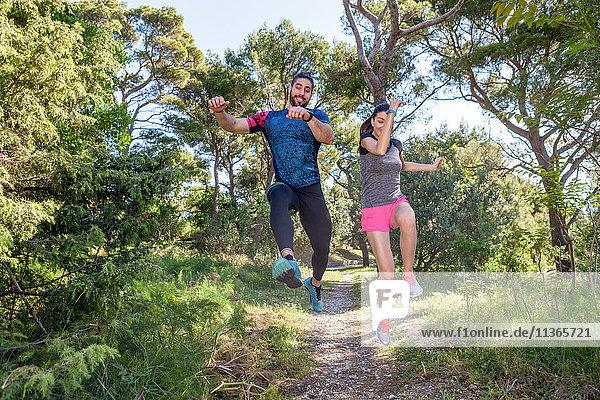Läuferinnen und Läufer springen im Park in der Luft  Split  Dalmatien  Kroatien
