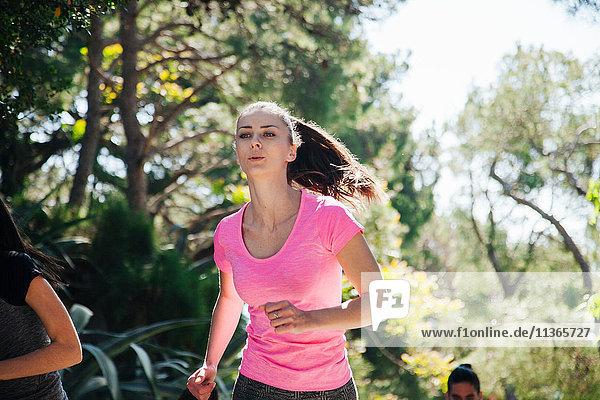 Junge Frau und Team laufen durch den Park  Split  Dalmatien  Kroatien