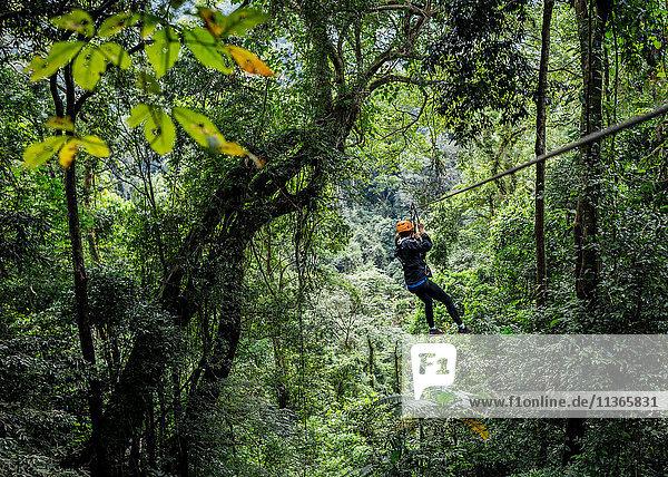 Frau an Seilrutsche im Wald  Ban Nongluang  Provinz Champassak  Paksong  Laos