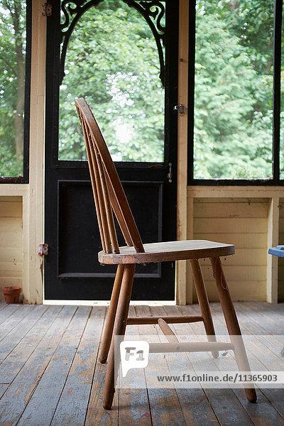 Holzstuhl auf Holzdielen