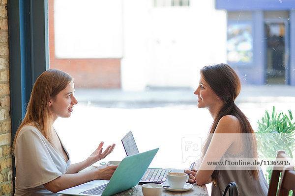 Geschäftsfrauen beim Treffen in der Kaffeebar  London