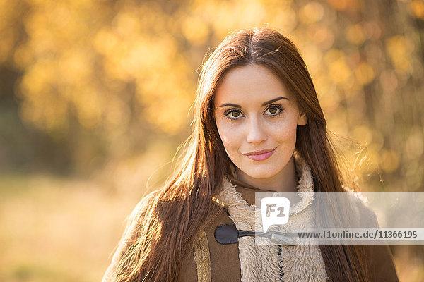 Porträt einer jungen Frau im Freien  in ländlicher Umgebung