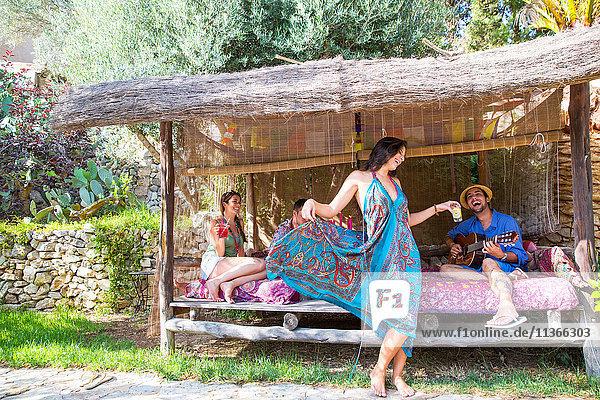 Freunde in der Pergola  Gitarre spielen  tanzen