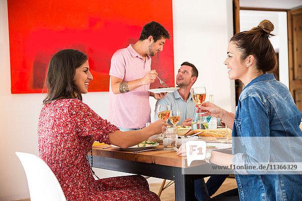 Freunde essen zusammen