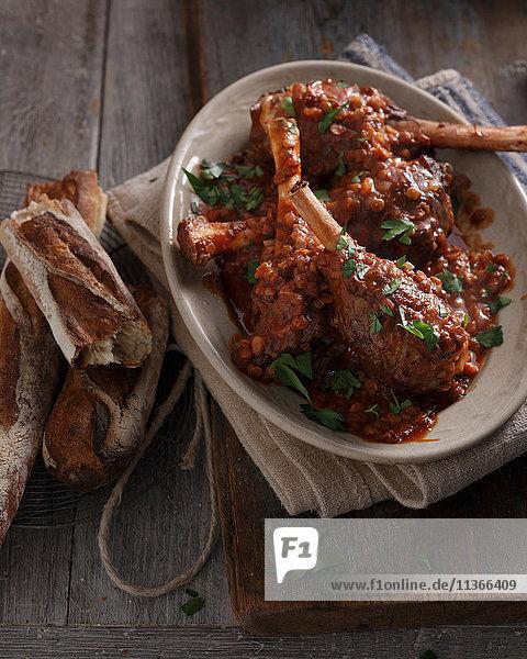 Bistro-Mahlzeit von Lammkeulen in Rotwein auf dem Tisch