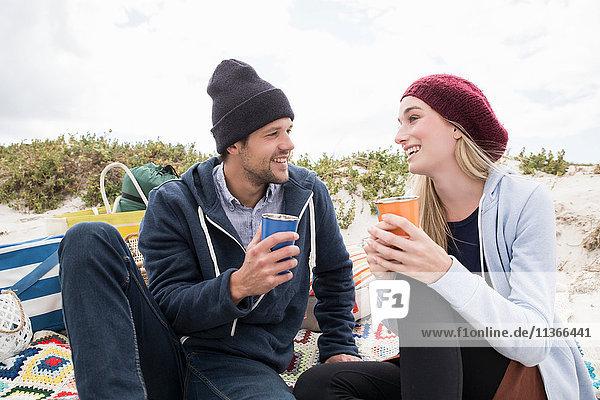 Junges Paar picknickt am Strand  Western Cape  Südafrika