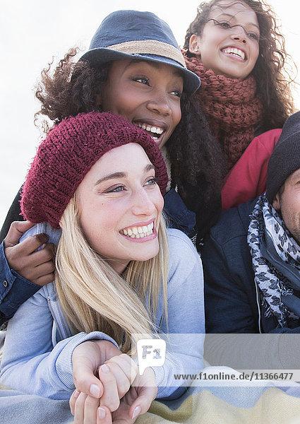 Junge erwachsene Freunde übereinanderliegend am Strand  Western Cape  Südafrika