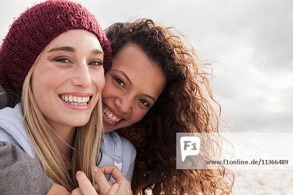 Porträt von zwei jungen Freundinnen  die sich am Strand umarmen  Western Cape  Südafrika