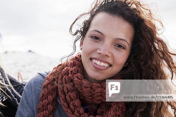 Porträt einer jungen Frau am Strand  Western Cape  Südafrika