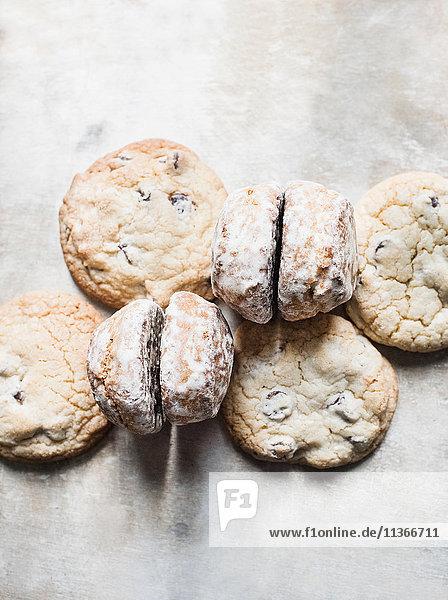 Draufsicht auf frische Scones und Kekse