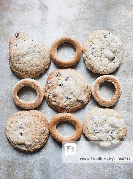 Draufsicht auf frische Bagels und Kekse im Quadrat