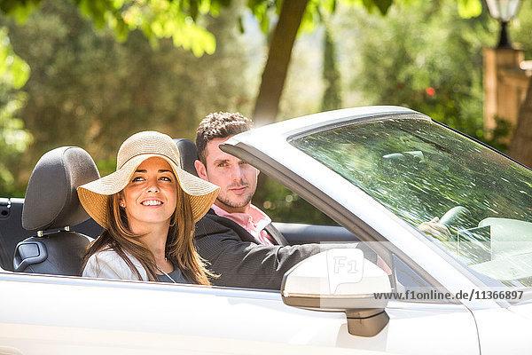 Glückliches Paar fährt Cabriolet  Mallorca  Spanien