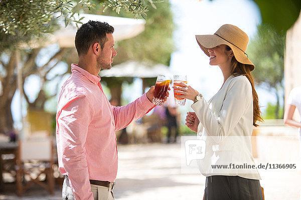 Ehepaar  das bei der Ankunft im Boutique-Hotel auf Mallorca anstößt  Spanien