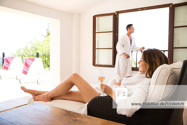 Paar entspannt sich mit Champagner in einer Boutique-Hotelsuite  Mallorca  Spanien