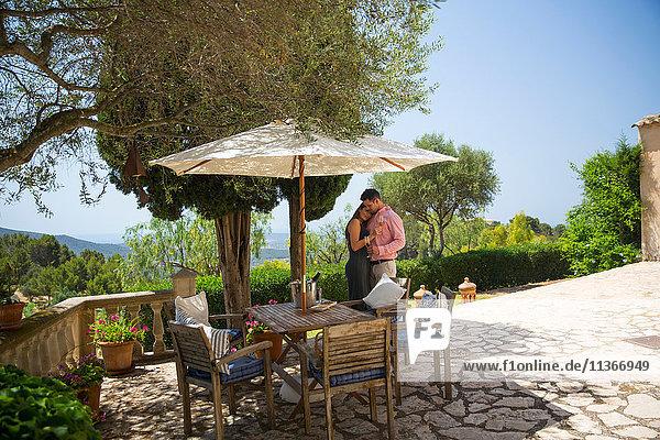 Romantisches Paar auf der Terrasse eines Boutique-Hotels  Mallorca  Spanien
