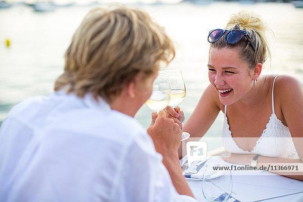 Junges lachendes Paar im Hafenrestaurant  Mallorca  Spanien