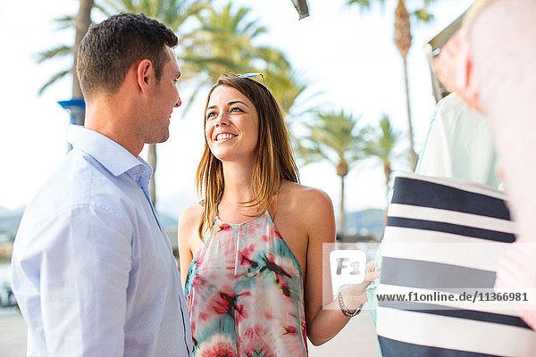 Einkaufen für eine Strandtasche zu zweit an der Ladenfront  Mallorca  Spanien