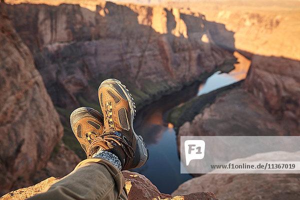 Mann auf Fels sitzend  Nahaufnahme der Füße  Page  Arizona  USA