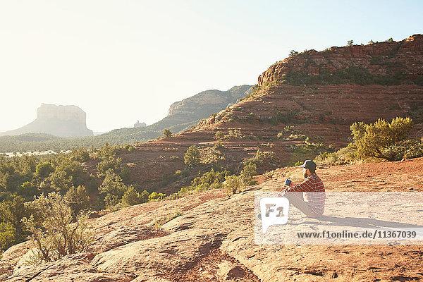 Sitzender Mann  Blick auf Ansicht  Sedona  Arizona  USA