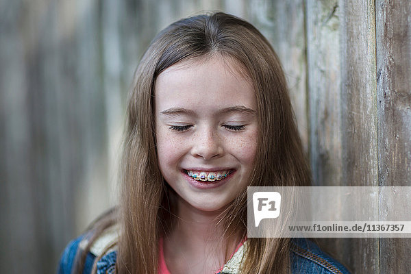 Bildnis eines Mädchens mit Zahnspange  Augen lächelnd geschlossen