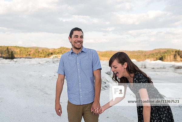 Lachendes Ehepaar in schneebedeckter Landschaft  Ottawa  Ontario