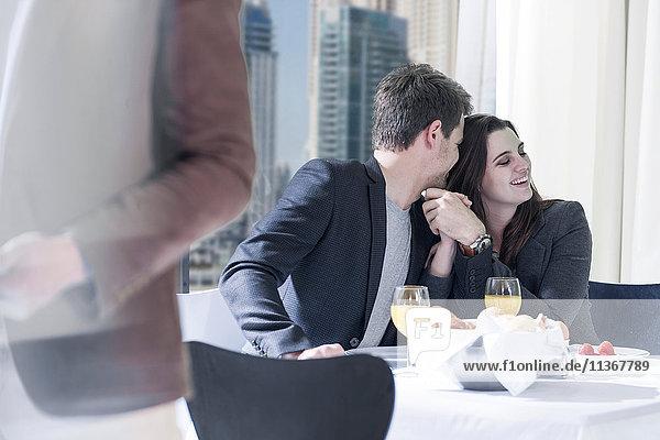 Romantisches junges Paar beim Frühstück im Hotelrestaurant