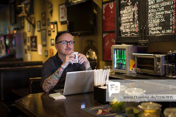 Barkeeper macht Kaffeepause am Stammtisch