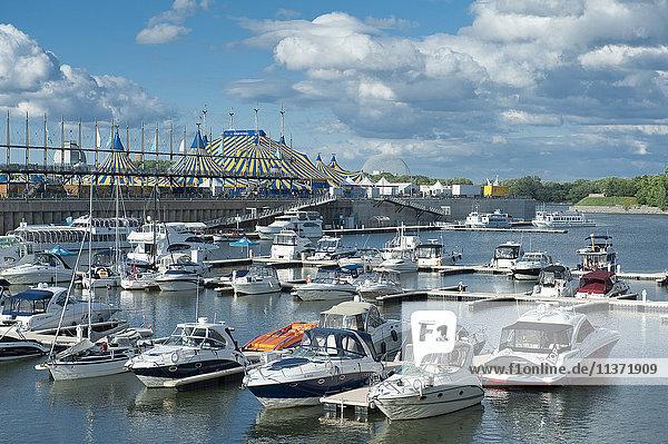 Kanada. Provinz Quebec  Montreal. Der alte Hafen. Der Yachthafen und das Big Top des Cirque du Soleil
