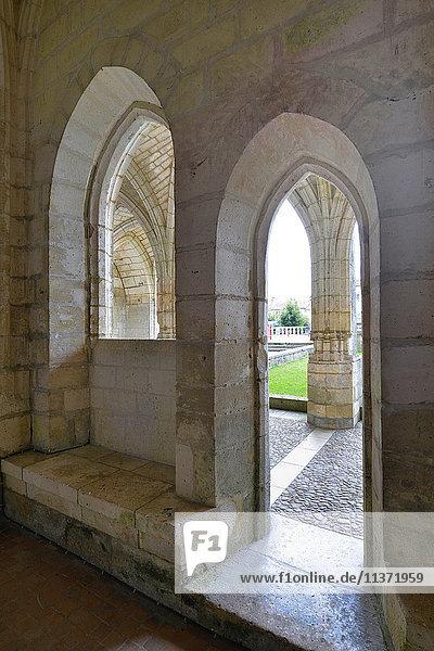 Frankreich  Dordogne  mittelalterliche Tür und Fenster der Abtei von Brantome. Kreuzgang im Hintergrund