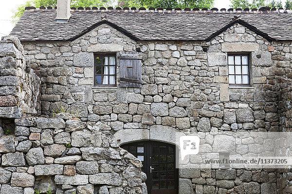 Frankreich  Lozere  Lodge of Felgerolles  alte Steinmauern  Granit