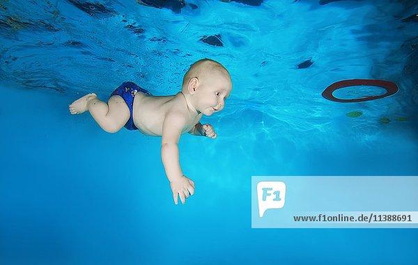 Baby  7 Monate  lernt unter Wasser im Pool zu schwimmen  Ukraine  Europa