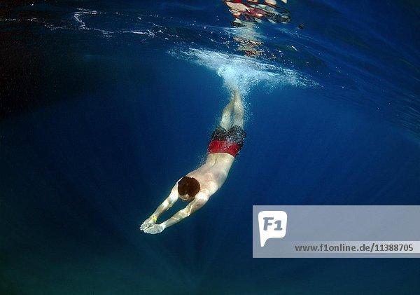 Mann taucht frei im klaren  blauen Wasser  Meer  Ägäis  Türkei  Asien